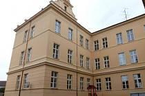 Třetí etapu obnovy fasády má za sebou ZŠ J. A. Komenského Blatná (na snímku od hřiště).