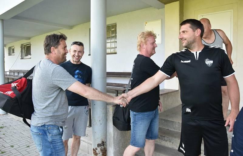 Fotbalisty Oseka převzali trenéři Josef Mráz s Romanem Malým.