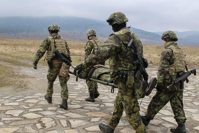 Transport raněného vojáka na místo určené pro MEDEVAC (zdravotnický odsun raněného).