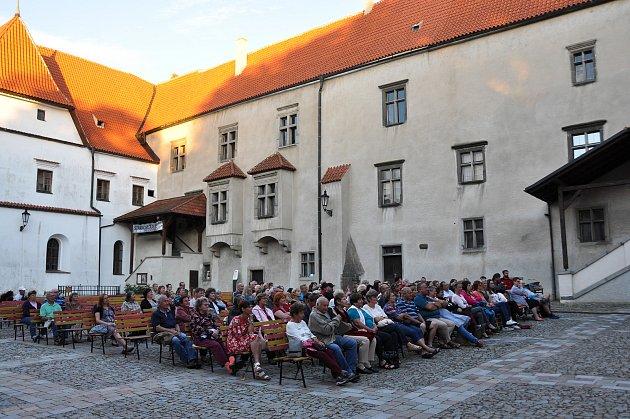 Divadelní představení hořké komedie Chodí Pešek okolo ve Strakonicích v podání DS Čelakovský.