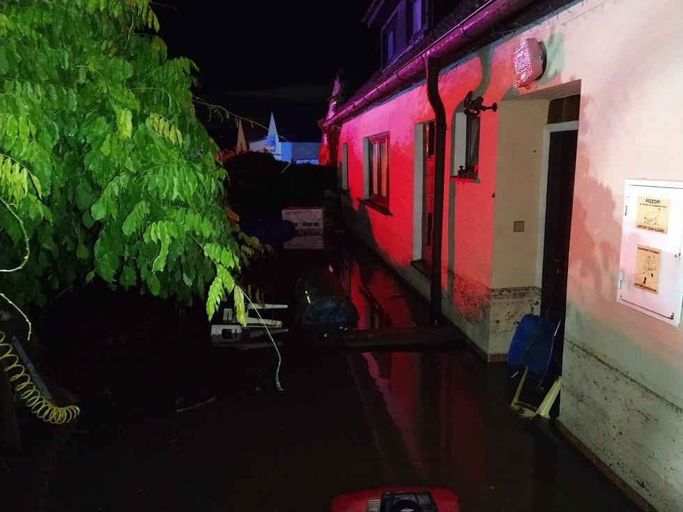 Snímky z noci, kdy se Přešťovicemi prohnala blesková povodeň.