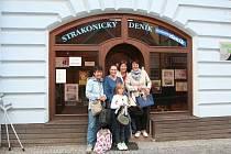 Zleva Jana Čechová, Hana Bláhová Němcová,  Jitka Cibulková, Ivana Jeništová a Valérie Bláhová přinesly 25 kabelek.