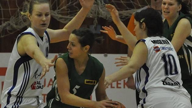 Strakonice v prvním utkání o třetí místo prohrály venku s Valosunem Brno 67:77. Nejlepší střelkyní domácích byla Veronika Vlková (s míčem), která dala 20 bodů. Z týmu od Otavy to byla Zora Škrabalová (vlevo) s 16 body.