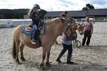 Děti si prohlédly v Hoslovicích ranč i mlýn.