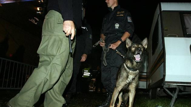 Organizátoři festivalu Stodola Michala Tučného byli krátce před půlnocí nuceni vyhlásit evakuaci. Anonym telefonicky nahlásil, že je v hoštickém areálu pět bomb.