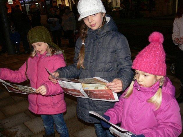 Na Velké náměstí ve Strakonicích si přišly zazpívat zleva Julie Nováková a její sestřenice Viktorka a Greta Dunovské.
