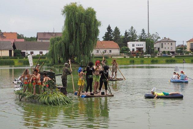 Obecní rybník byl plný divných plavidel.