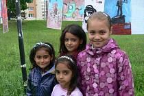 Romské odpoledne si nenechala ujít čtveřice děvčat zleva Mariela Grunzová (6), Jasmína Farkašová (7), Dominika Bánová (7) a vpředu Nela Siváková (6).