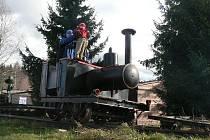 Replika parní lokomotivy v Novém Údolí.