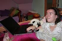 Nikola Talafousová s novým počítačem, který mohla dostat díky výtěžku v Kabelkovém veletrhu Deníku.