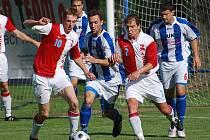 Po Benešovu dobyly Křemelku na jaře i Kunice, které nad Strakonicemi vyhrály 2:0. Jejich druhý gól vstřelil Dvořák (vlevo), uprostřed je Legdan a s číslem 2 hostující Švejda.