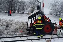 Na plně zabezpečeném železničním přejezdu ve Střelských Hošticích se střetla vlaková souprava s traktorem.