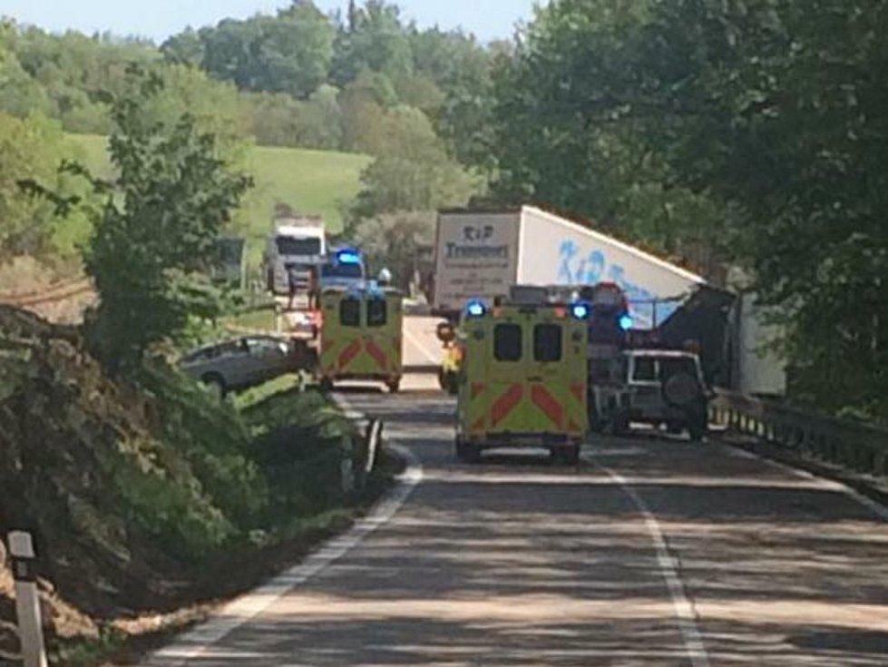 Dvě osoby zemřely na místě nehody, která se stala v pondělí 30. dubna v odpoledních hodinách.