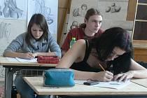 Hodina kreslení ve třídě designerů.
