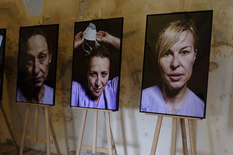 V kapli sv. Michaela vystavoval David Neff své Sestřičky. Mimořádně silný soubor otlačených tváří zdravotních sester vytvořil při proběhlých vlnách covidové pandemie.