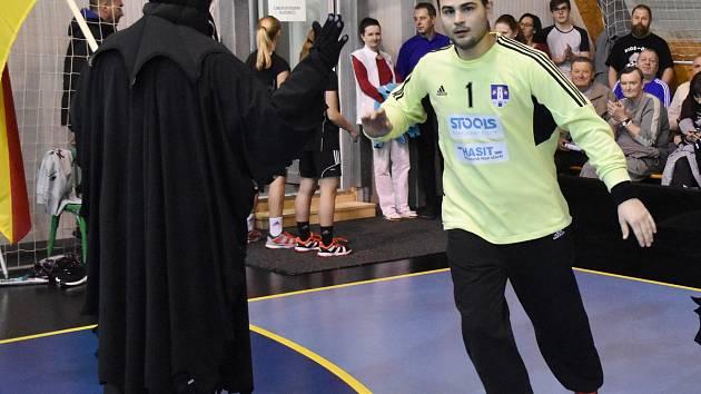 Hrdinu extraligového utkání mezi Strakonicemi a Zubřím Jakuba Jareše vítá před jeho začátkem na palubovce maskot strakonické házené. Domácí tým vyhrál 29:26.