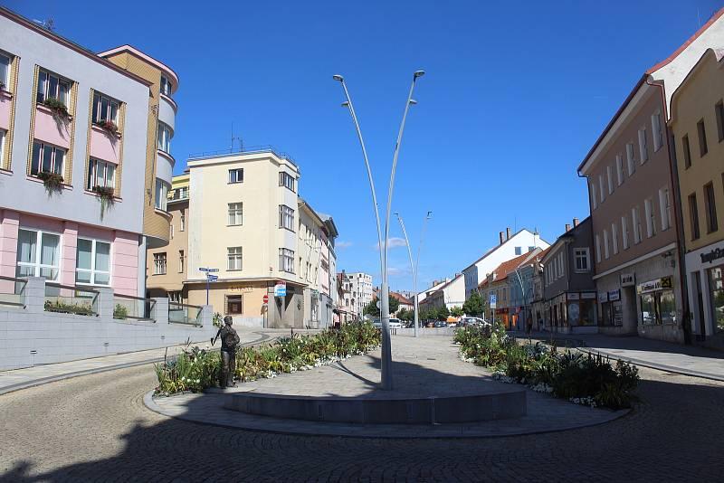 Kruhová křižovatka a socha Švandy dudáka na Velkém náměstí.