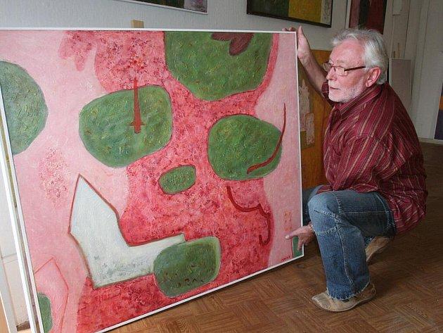 Malíř Miloslav Brůha ve svém ateliéru.