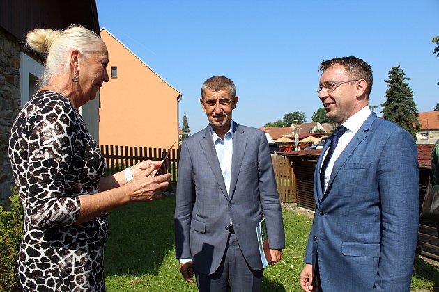 Premiér Andrej Babiš při své čtvrteční cestě po Jihočeském kraji navštívil se svými ministry iCehnice na Strakonicku. Tématem cesty po kraji bylo zmírnění dopadů sucha vkrajině a postup výstavby silnic a dálnic.