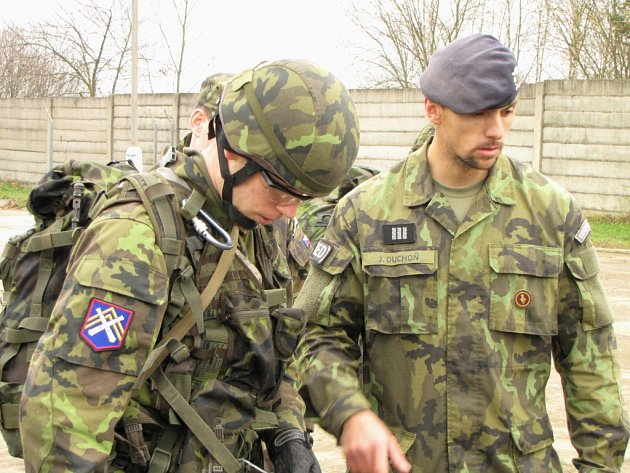 Při výcviku. Vpravo je praporčík Jaroslav Duchoň.