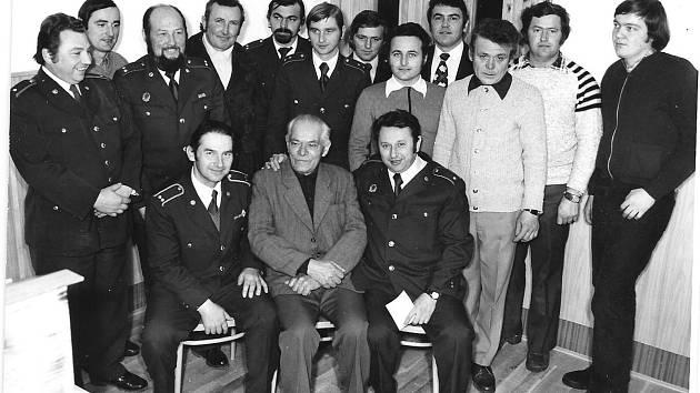 Snímek z 80. let minulého století zachycuje setkání s borovanskými hasiči, uprostřed sedí Jan Brušák. SDH Čejetice vznikl v roce 1905.