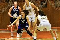 CHYŤTE si mě. Strakonická Sára Vadlejchová (s míčem) v obležení hráček Chomutova v bílých dresech.