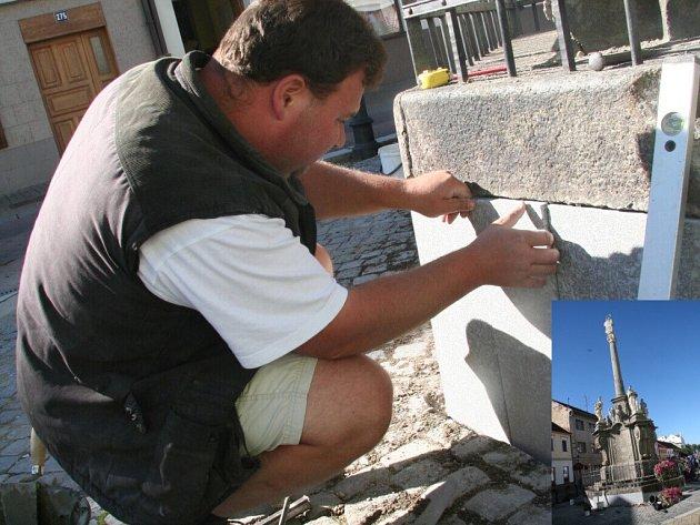 Oprava morového sloupu na Palackého náměstí.