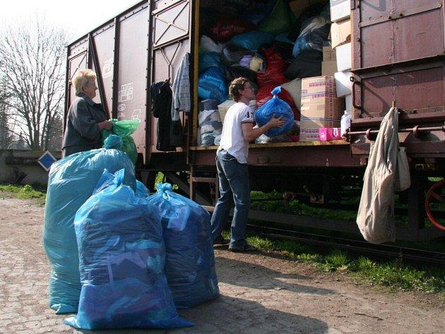 Dary na humanitární sbírku  pro Občanské sdružení Diakonie v Broumově putovaly na strakonickém vlakovém nádraží přímo do vagonu.