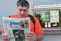 Protest včera na vlakovém nádraží ve Strakonicích připomínal jen plakát za oknem či titulky novin ve stánku.