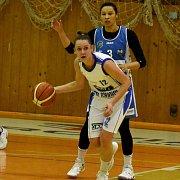 Vpředu strakonická Alena Jeništová nastřílela 28 bodů, trutnovská Maisha Bethelová dala 21 bodů.