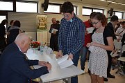 President Václav Klaus přijal pozvání od studenta Tomáše Pikla a přijel besedovat se žáky Základní školy a Gymnázia ve Vodňanech.