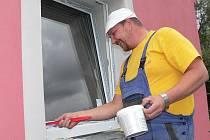 Dělníky z městských technických služeb jsme zastihli při dokončovacích pracích při výměně oken.