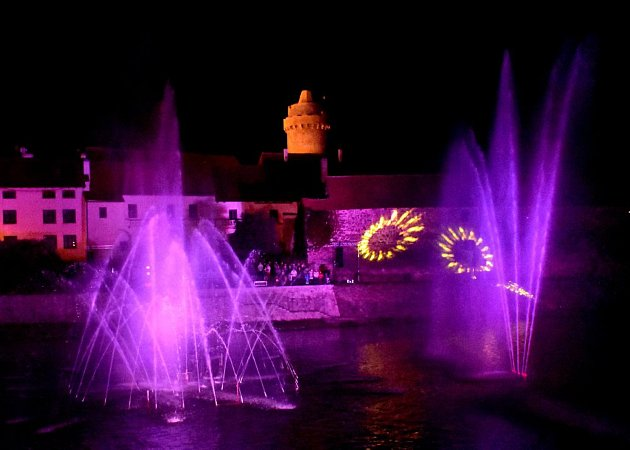 Barevná fontána s hudbou