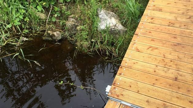 V sobotu 18. června 2016 se někdo pokusil poškodit molo na Podskalí