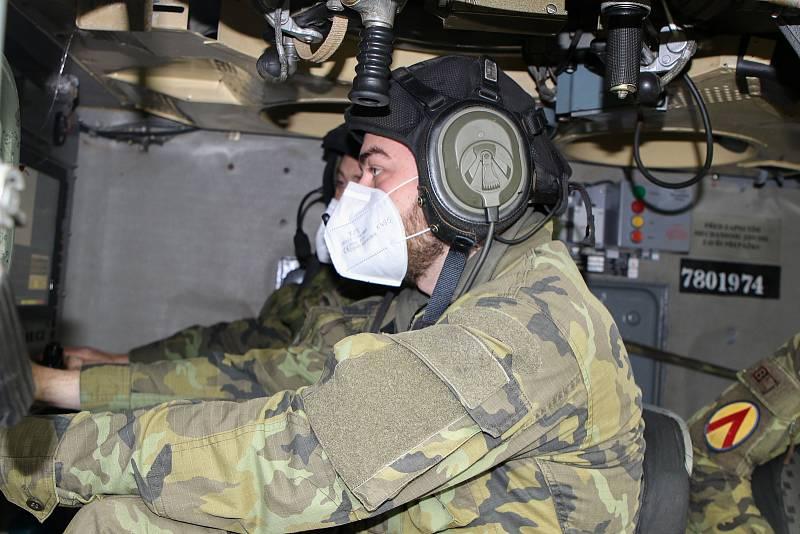 Velitel radiolokátoru při vedení bojové činnosti.