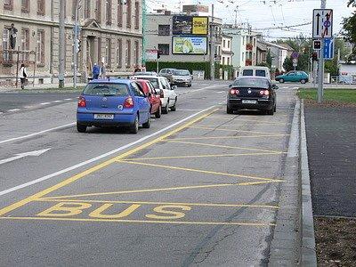 Preferenční pruh pro MHD už radnice zavedla například v ulici Oskara Nedbala u bývalých kasáren. Výhodu rychlejšího pohybu však berou často autobusům a trolejbusům neukáznění řidiči, jak dokládá náš snímek.