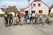 Cyklistická paráda v Čejeticích.