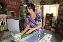 Knihovnice Věra Samcová přišla s nápadem darovat knihy na dobrou věc. Podpořila projekt Deníku s názvem Kabelkový veletrh, pro který vybíráme kabelky i dětské knihy a bižuterii.