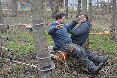 Lano o průměru 16 mm utáhne několika tunovou zátěž. Na fotografiích Pavel Kopak a Stanislav Skotnica.