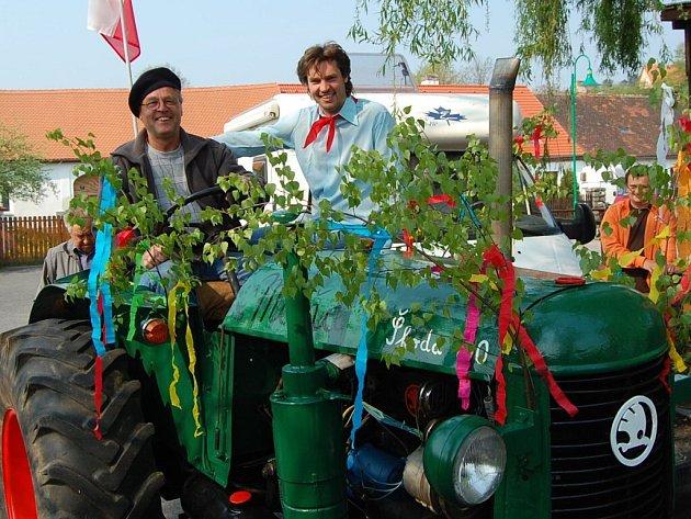 Do prvomájového průvodu v Malenicích vyrazily i alegorické traktory.
