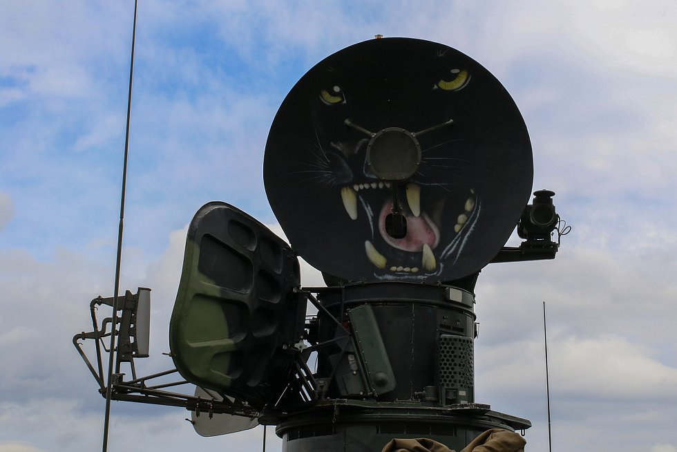Radiolokátor 2. protiletadlové baterie zdobí kresba černého pantera.
