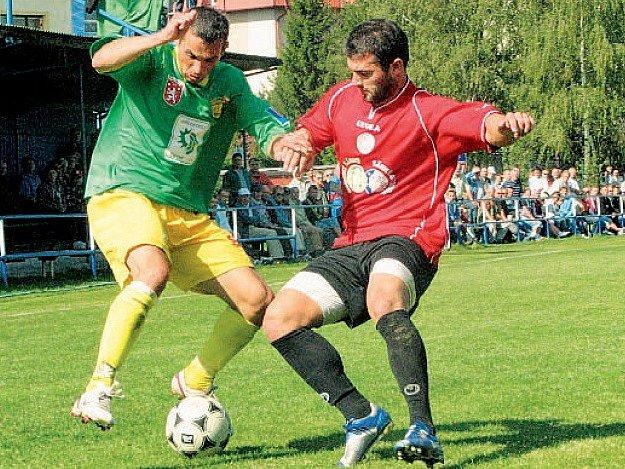 Souboj třeboňského Pintéra (vlevo) s prachatickým Nitrianským. V divizním derby padlo v Třeboni sedm branek, domácí nastříleli čtyři.