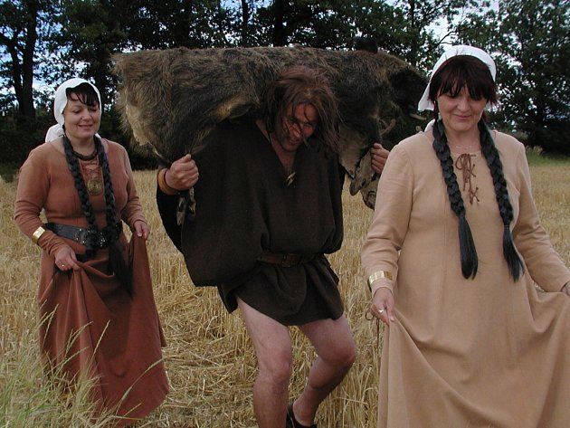 Z hory Říp sestoupili Kazi, Teta a Bivoj.