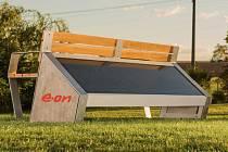 Lavička na solární dobíjení je umístěna v Blatné v skateparku, další  bude  ve Volyni na náměstí do konce června.