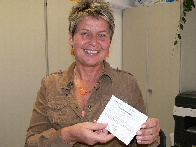 Voličský průkaz drží vedoucí správního oddělení strakonické radnice Milada Švihálková.
