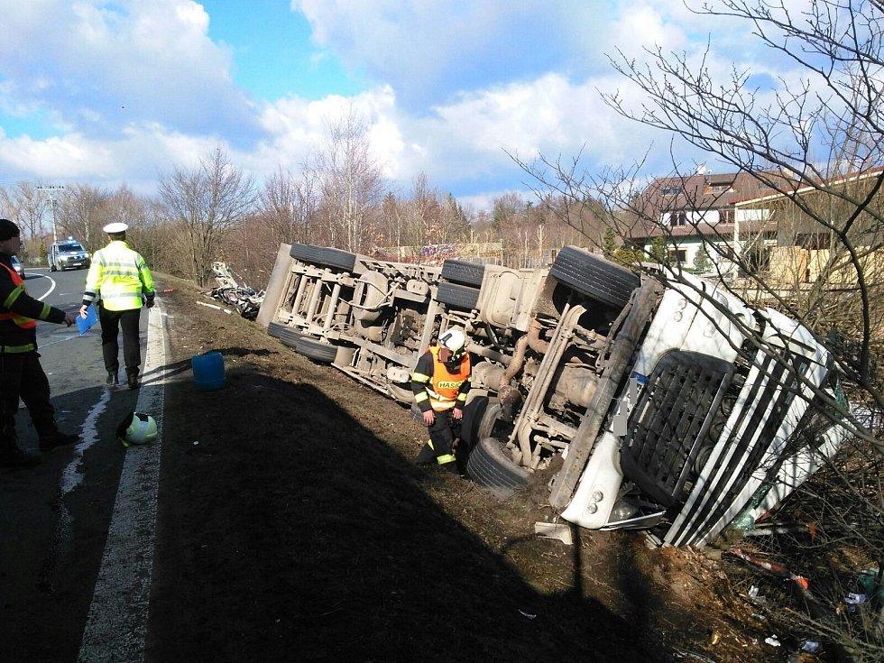 Střet osobního auta s kamionem u Hněvkova na Strakonicku si vyžádal lidský život.