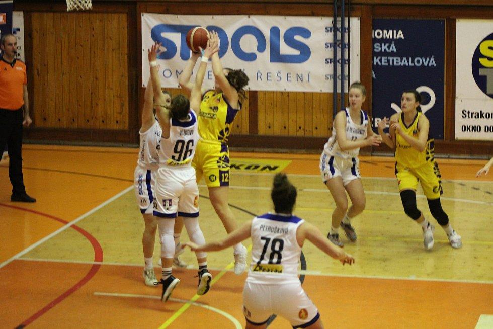 Basketbalistky Strakonic porazily Slovanku 77:71.