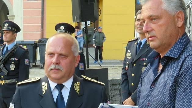 Policista roku Miroslav Předota (vpravo). Snímek je z předání ocenění ceny Policista roku 2020 Jihočeského kraje v Jindřichově Hradci.