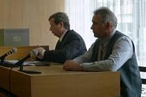 Ve středu odpoledne usedl do jednací síně prachatického soudu volarský učitel Jaroslav Šiman (vpravo) jako obžalovaný v případu tragického úmrtí čtrnáctiletého školáka.