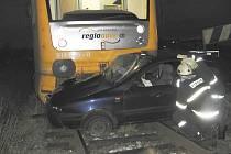 Nedělní nehoda na železničním přejezdu u Pražáku.